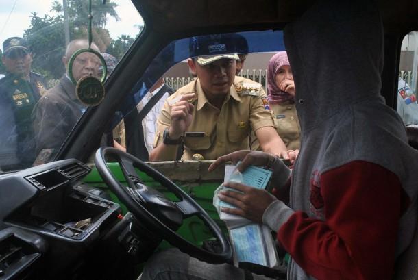 Wali Kota Bogor Bima Arya (tengah).