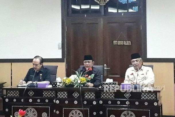 Wali Kota Mataram Ahyar Abduh (tengah) bersama Ketua PWNU NTB Taqiuddin (kanan) dalam rapat persiapan musyawarah nasional (munas) dan konferensi besar (konbes) Nadhlatul Ulama (NU) 2017 di Kantor Wali Kota Mataram (Ilustrasi)