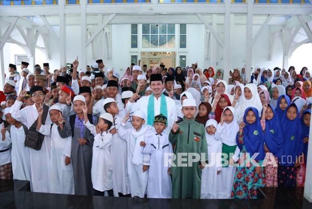 Wali kota Palembang Harnojoyo memperingati hari santri nasional 2017 di rumah dinas, Ahad (22/10) melepas ratusan hafiz untuk mengikuti wisuda akbar hafiz se-Sumatera Selatan.