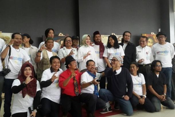 Walikota Tangerang Selatan (Tangsel) Airin Rachmy Diani bersama pada seniman pada pembukaan pameran lukis dan patung, Selasa (23/5).