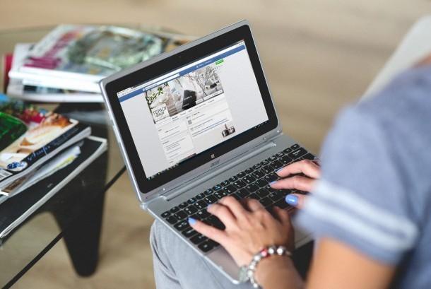 Wanita bekerja dengan laptopnya.