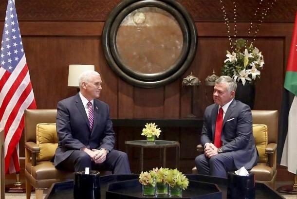 Wapres AS, Mike Pence (kiri) bertemu dengan Raja Yordania, Abdullah di Istana Husseiniya, Amman, Ahad (21/1).