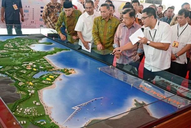 Wapres Jusuf Kalla (ketiga kanan) mendapat penjelasan dari Dirut PT Pengembangan Pariwisata Indonesia (Persero) atau Indonesia Tourism Development Corporation (ITDC) Abdulbar M Mansoer (kedua kanan) mengenai rencana pengembangan kawasan wisata Mandalika sa