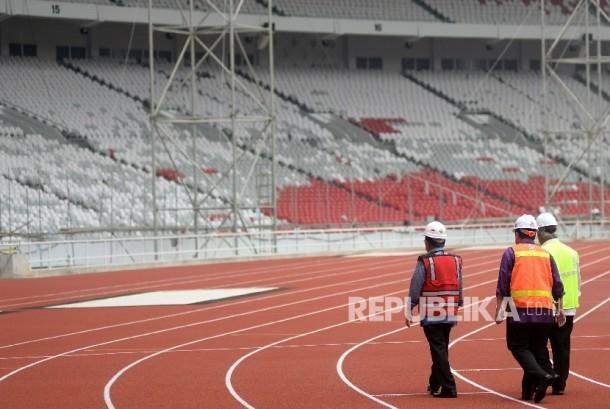 Wapres RI Jusuf Kalla (kiri) didampingi Meteri PUPR Basuki Hadimuljono (kanan) dan Ketua Komite Penyelenggara Asian Games Indonesia (INASGOC) Erick Thohir (Kedua kanan) meninjau proses renovasi Stadion Utama Gelora Bung Karno (SUGBK) di Senayan, Jakarta, Selasa (3/10).