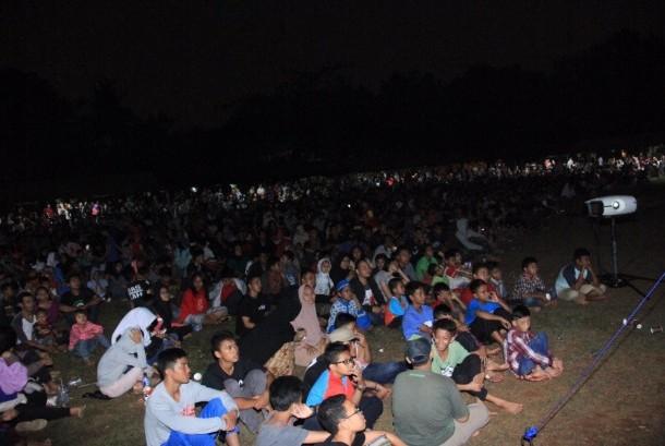 Warga antusias Nobar film G30S PKI yang digelar di Lapangan gatot Subroto, Cijantung, Jakarta (20/9).