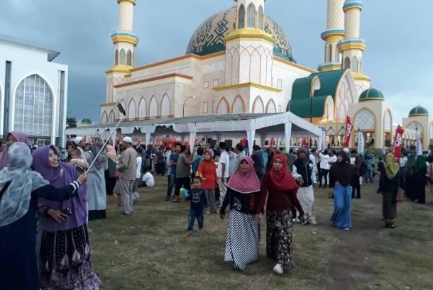 Warga asik ber-swafoto menyambut pembukaan Pesona Khazanah Ramadhan di Islamic Center NTB, Kamis (25/5).