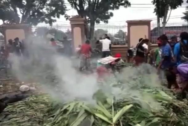 warga desa Banti dan Kimbeli melaksanakan tradisi adat bakar batu di halaman Graha Eme Neme Yauware.