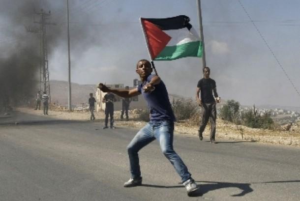 Warga Gaza tengah bentrol dengan tentara Israel.