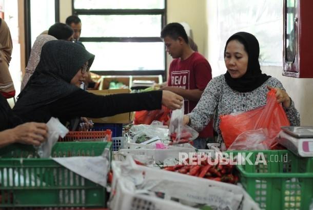 Warga Jakarta berbelanja di Toko Tani Indonesia Pasar Minggu, Jakarta, Ahad (15/10).