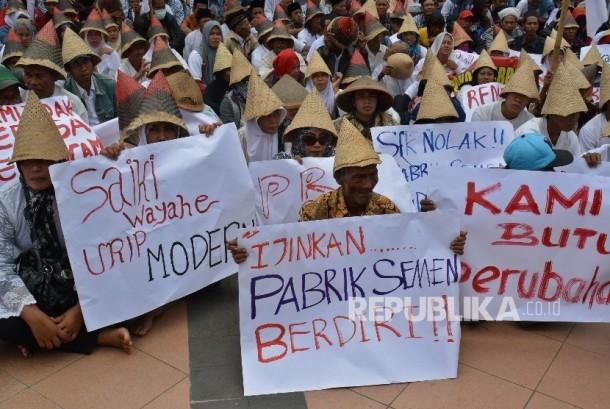 Warga Kabupaten Rembang pendukung pembangunan pabrik semen membentangkan poster saat berunjuk rasa di Semarang, Jawa Tengah.