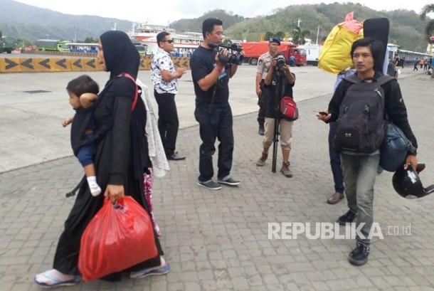 Warga Karangasem, Rozi (kanan), bersama ibu dan adiknya tiba di Pelabuhan Lembar, Lombok Barat, NTB, Senin (25/9) sore. Rozi dan keluarga merupakan satu dari sekian banyak warga Bali yang memilih mengungsi ke tempat keluarganya di Lombok menyusul aktivitas Gunung Agung.