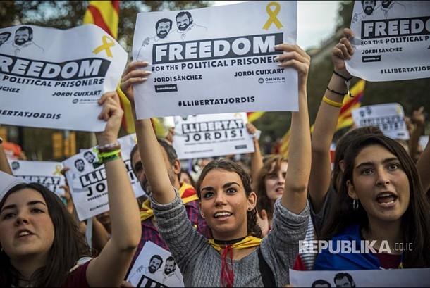 Warga Katalunya berunjuk rasa memprotes keputusan Pengadilan Nasional memenjarakan pemimpin oposisi Katalunya oleh pemerintas Spanyol di Barcelona,