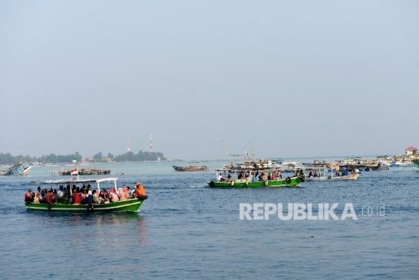 Kepulauan Seribu, Jakarta, terancam tenggelam (foto atas) dan Prof Dietriech Geoffrey Bengen (foto bawah).