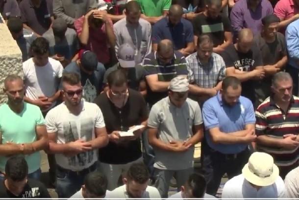Warga Kristen ikut shalat Jumat bersama Muslim sebagai simbol menentang aksi pendudukan Israel di Palestina.
