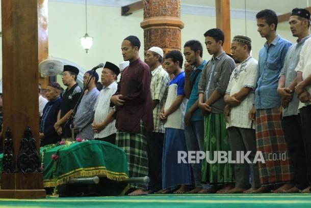 Warga melaksanakan salat jenazah penjaga gawang Persela Lamongan Choirul Huda, di Masjid Agung Lamongan, Lamongan, Jawa Timur, Minggu (15/10).
