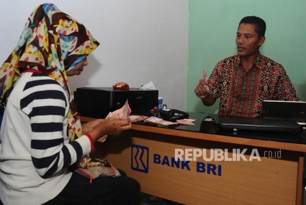 Warga melakukan transaksi melalui agen Laku Pandai di Liang, Salahutu, Ambon, Maluku, Selasa (24/5). (Republika/Tahta Aidilla)