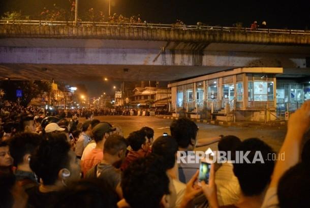 Warga memadati lokasi ledakan di Terminal Kampung Melayu jakarta, Rabu (24/5) malam.