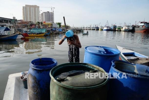 Warga memanfaatkan air bersih di Kampung Luar Batang, Jakarta Utara, Senin (9/5).  (Republika/Yasin Habibi)