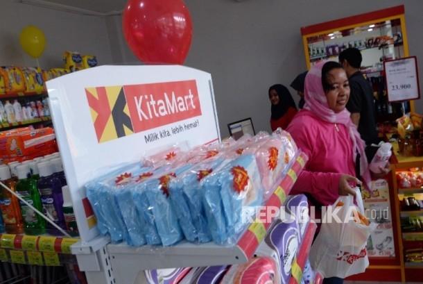 Warga membeli bahan pokok di Mini Market KitaMart di Jatiasih, Bekasi, Jawa Barat, Rabu (29/3).