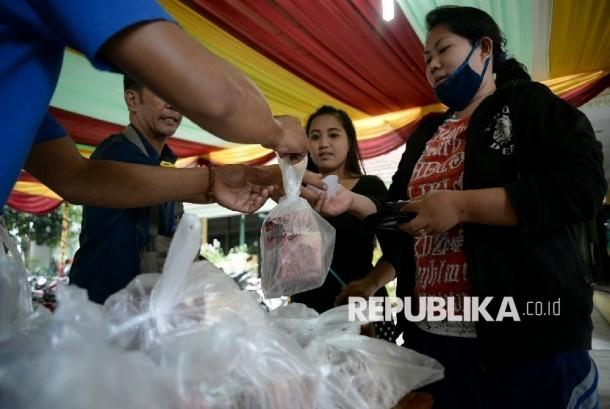 Warga membeli daging sapi murah subsidi di Kantor Kecamatan Kemayoran, Jakarta, Rabu (7/12).