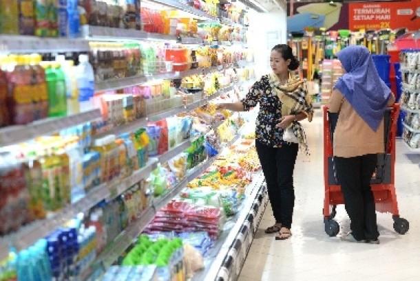 Warga memilih barang di sebuah toko ritel modern. Pemerintah tengah menggodok skema kemitraan antara ritel modern dan warung kecil.