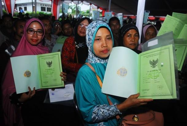 Warga memperlihatkan dokumen sertifikat tanah yang diperoleh dari Pemerintah melalui Badan Pertanahan Nasional (BPN) di Boyolali, Jawa Tengah, Jumat (21/4).