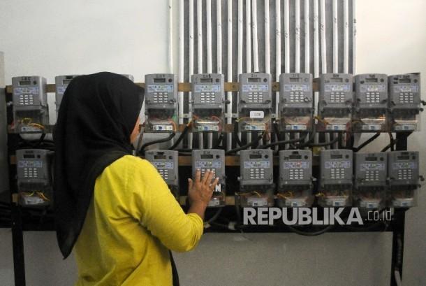 Warga mengisi ulang token listrik PLN di Rusun Cipinang Besar Selatan, Jakarta, Kamis (2/3) lalu.