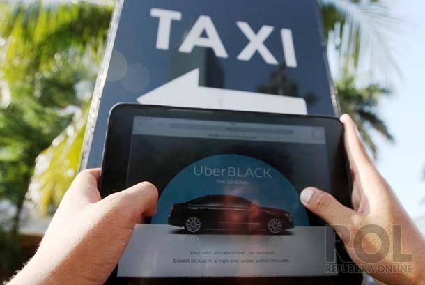 Warga mengoperasikan aplikasi taksi uber via internet di Jakarta. (ilustrasi)