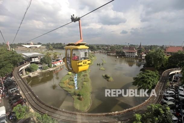 Warga menikmati wahana kereta gantung di Taman Mini Indonesia Indah (TMII) , Jakarta Timur (Ilustrasi)