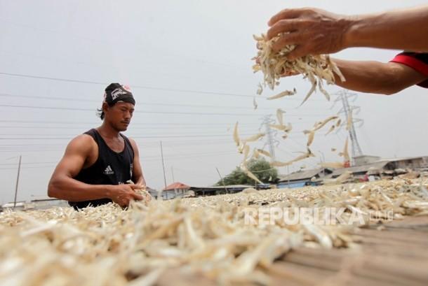 Warga menjemur ikan asin yang sudah dimasak secara tradisional di Kampung Nelayan Muara Angke, Jakarta, Senin (11/9).