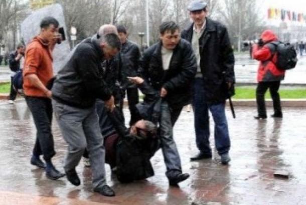 Warga menolong seseorang yang terluka dalam bentrok antar etnis di Kyrgyzstan