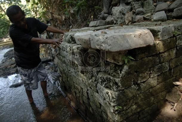 Warga menunjukkan penemuan situs purbakala di Kediri (ilustrasi).