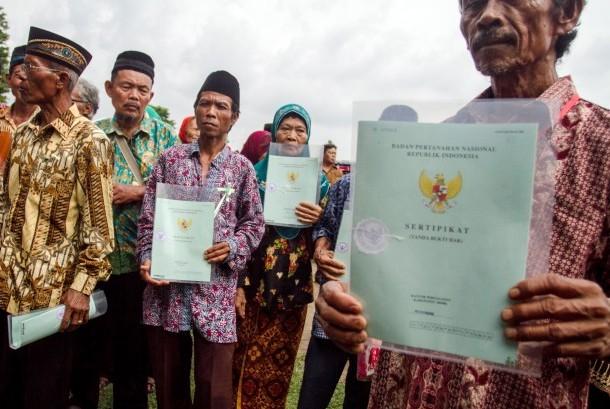 Warga menunjukkan sertifikat tanah yang dibagikan Presiden Joko Widodo pada acara Penyerahan Sertifikat Tanah Untuk Rakyat di Stadion Taruna, Sragen, Jawa Tengah, Selasa (7/11).