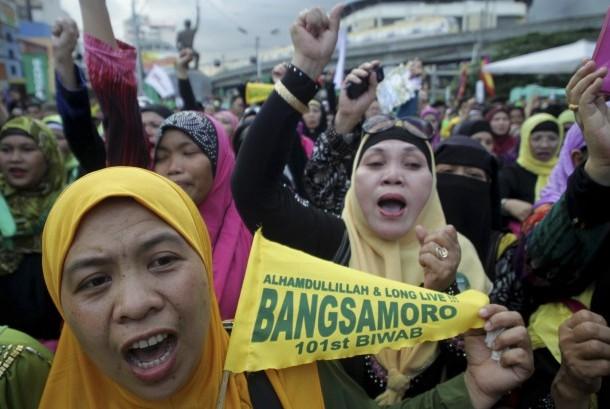 Warga muslim Filipina bergembira usai mendengar kabar kesepakatan damai antara pemimpin MILF dan pemerintah Filipina di Manila, Kamis (27/3).