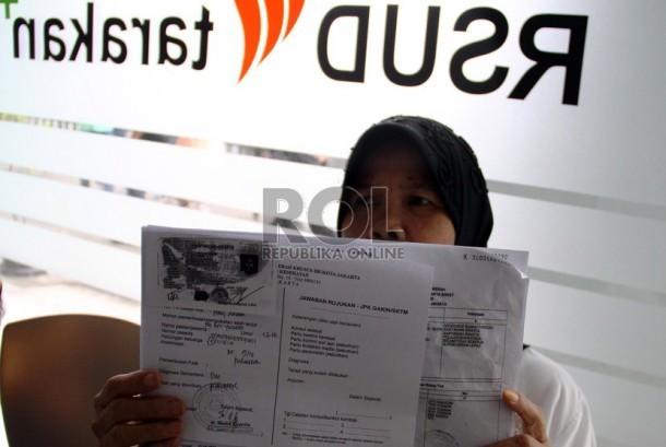 Warga pemilik Kartu Jakarta Sehat (KJS) saat mendaftar untuk berobat di RSUD Tarakan, Jakarta Pusat, Kamis (23/5).     (Republika/ Yasin Habibi)