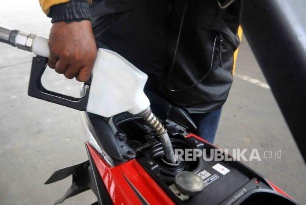 Warga secara swadaya mengisi BBM jenis Pertalite di Stasiun Pengisian Bahan Bakar umum (SPBU), Jakarta, Rabu (18/1).