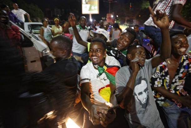 Warga Zimbabwe merayakan mundurnya Robert Mugabe sebagai presiden di Harare, Zimbabwe, Selasa malam (21/11).