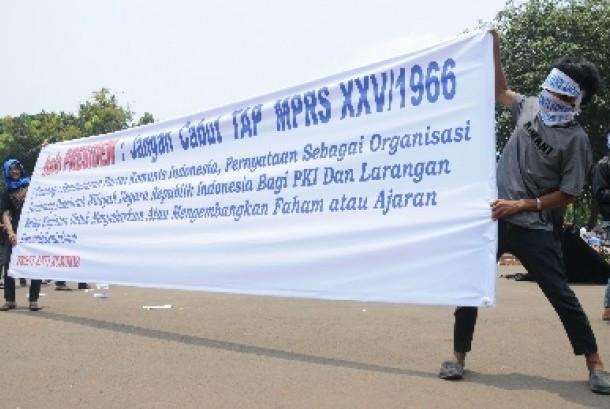 Waspada Bahaya Komunis: Pengunjuk rasa membentangkan spanduk berisi penentangan terhadap komunisme (Ilustrasi).