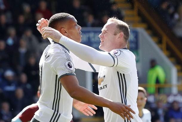 Wayne Rooney (kanan) dan Anthony Martial, pencetak dua gol Manchester United ke gawang Burnley, Ahad (23/4).