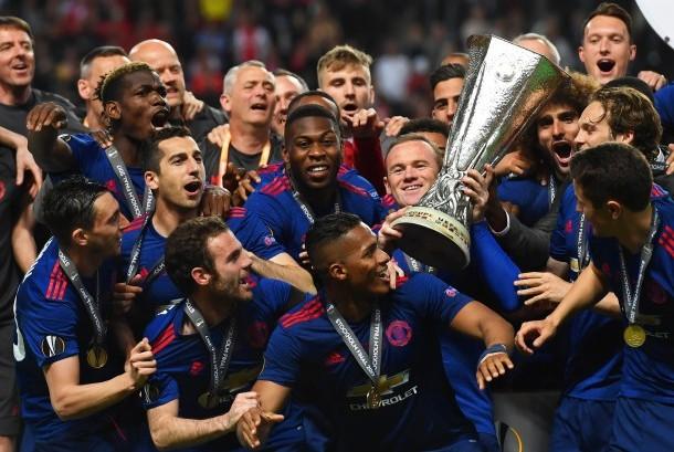 Wayne Rooney mengangkat trofi Liga Europa bersama skuat Manchester United setelah menang 2-0 atas Ajax Amsterdam pada laga final Liga Europa di Friends Arena, Kamis (25/5) dini hari WIB.