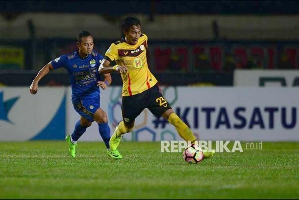 Winger Persib Atep membayangi bek Barito Putra Hansamu Yama pada pertandingan Gojek Traveloka Liga 1 di Stadion Si Jalak Harupat, Soreang, Kabupaten Bandung, Jawa Barat, Senin (9/10).