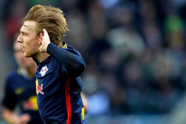 Winger RB Leipzig, Emil Forsberg mencetak gol pada laga Bundesliga melawan Borussia Muenchengladbach, Ahad (19/2). Leipzig menang 2-1 pada laga ini.
