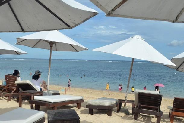 [Ilustrasi] Wisatawan beraktivitas di Pantai Geger, Nusa Dua, Bali. Wisatawan Cina menempati peringkat pertama dari sepuluh negara terbanyak memasok turis ke Pulau Dewata.