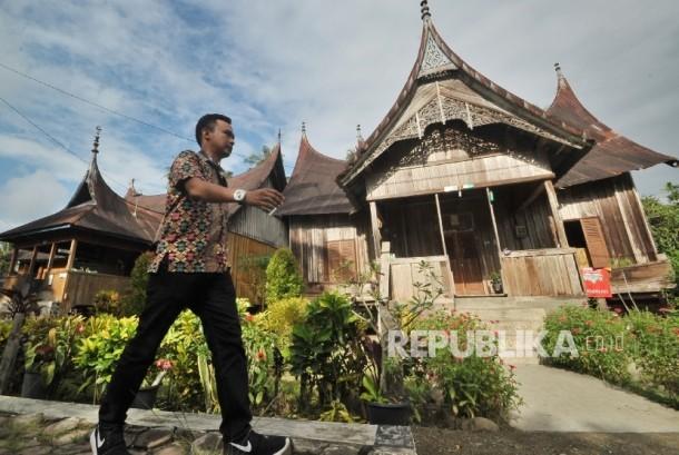 Wisatawan berkunjung ke kawasan kampung adat di Kab. Sijunjung, Sumatera Barat, Kamis (16/2).