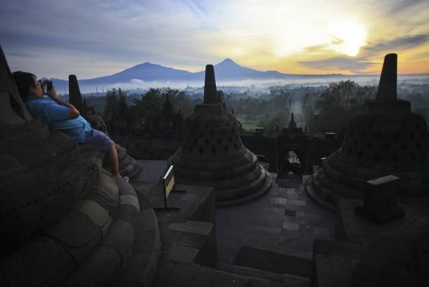 Wisatawan memotret matahari terbit dari Candi Borobudur, Magelang, Jawa Tenngah.