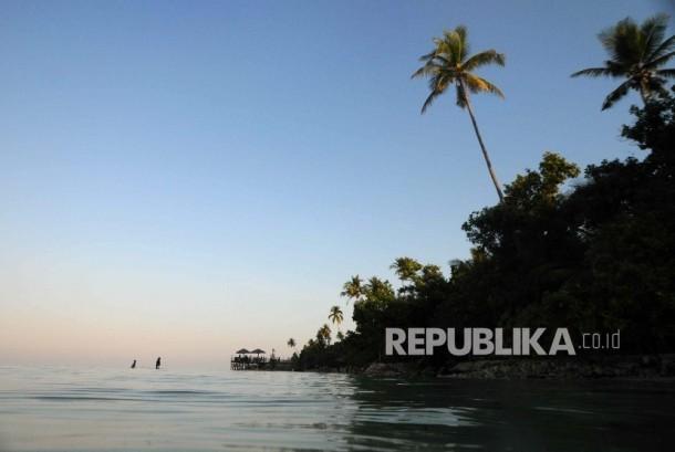 Wisatawan menikmati senja di Pantai Patuno, Wangi-Wangi, Wakatobi, Sulawesi Tenggara.