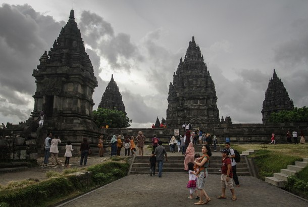 Wisatawan menikmati Taman Wisata Candi Prambanan (TWCP), Sleman, DI Yogyakarta, Jumat (23/12).