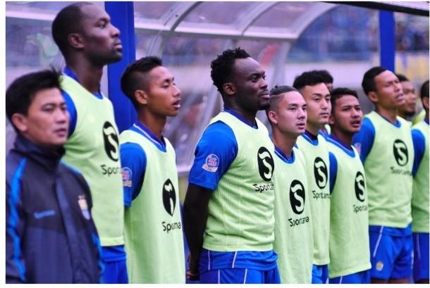 Yaya Sunarya (kiri) bersama para pemain Persib.