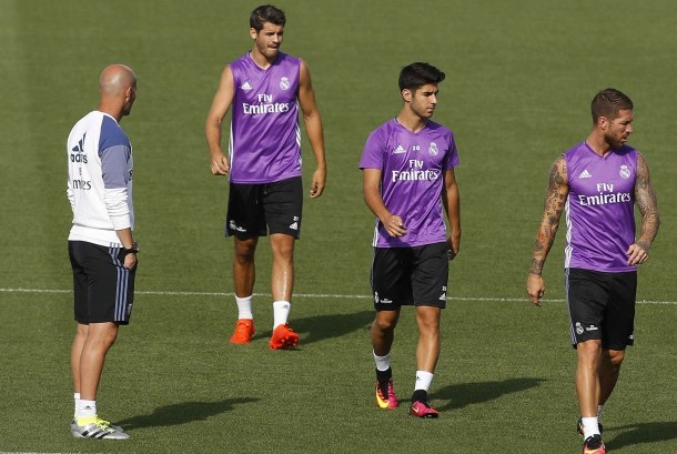 Zinedine Zidane (kiri) dan Alvaro Morata (kedua kiri) dalam suatu sesi latihan Real Madrid.