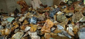 Pedagang bongkahan batu akik menunggu calon pembeli di Kampung Cibarengkok, Kecamatan Bantarkalong, Tasikmalaya, Jawa Barat, Rabu (22/4). (Antara/Adeng Bustomi)